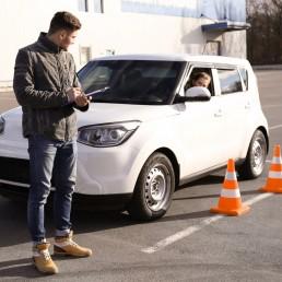 Автоинструктор обучает на площадке